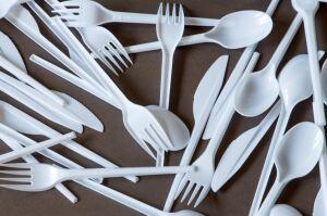 Trzaskowski rezygnuje z jednorazowych talerzy, sztućców, mieszadełek i słomek