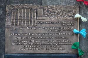 Tablica z latawcem. Pamiątka tragedii na PKiN