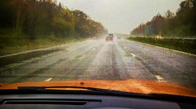 Przelotne opady na północy. Obniżą komfort jazdy